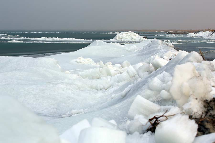 Les rives du plus grand lac d'eau douce de Chine recouvertes de glace