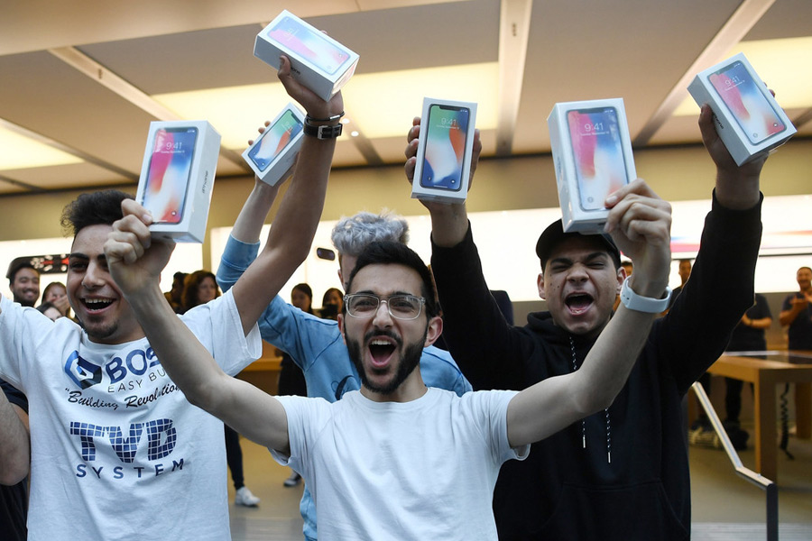 Les fans d'Apple du monde entier font la queue pour l'iPhone X