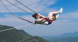 Une balan?oire qui jaillit d'une falaise dans le mont Wangyun à Chishui, dans la province du Guizhou (sud-ouest de la Chine), a permis aux touristes de tester leur courage.