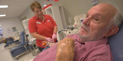James Harrison, un Australien dont le sang contient un anticorps rare permettant de fabriquer un traitement qui sauve la vie des bébés, vient de donner du plasma pour la dernière fois.