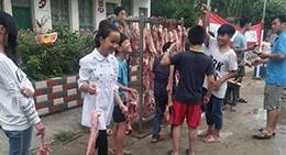 Dans une école de la commune de Dudong du comté autonome Dong de Sanjiang, dans le Guangxi, chaque éleve qui a eu de bons résultats scolaires a re?u 2 livres de viande de porc.