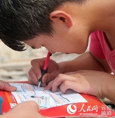 Un étudiant re?oit son admission à la Peking University sur un chantier