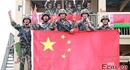 Des soldats chinois posent pour une photo lors de l'épreuve ? Clear Sky ? des Jeux militaires internationaux 2018 à Korla (Xinjiang), le 31 juillet 2018.
