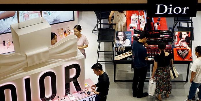 Plus de quatre mois après que la maison de mode fran?aise Christian Dior soit devenue la première marque de luxe à avoir un compte officiel en Chine sur l'application de vidéos courtes Douyin, elle n'avait attiré que moins de 40 000 adeptes avec les 13 courts clips vidéo qu'elle y avait mis en ligne.