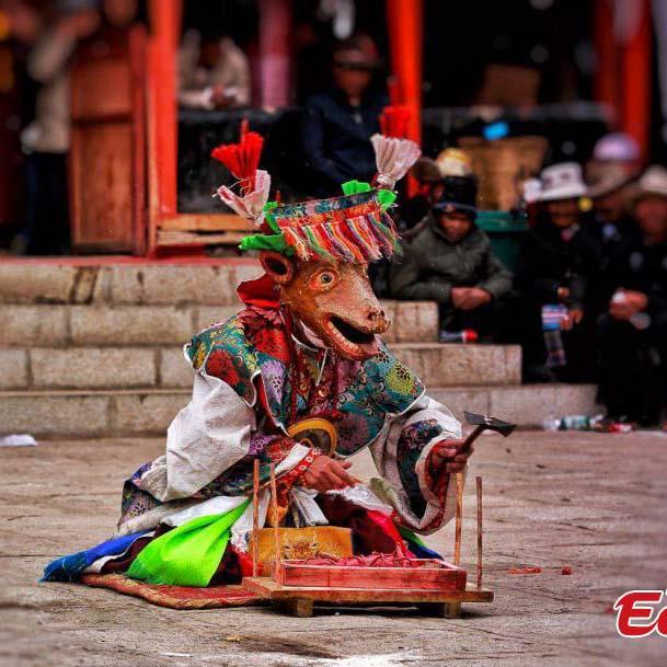 La danse ? cham ? dans un monastère tibétain