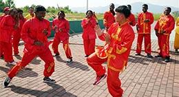 Un étudiant africain apprend la broderie sous la direction de son enseignante Fu Aixiaing à l'Université de Xinyu, le 5 septembre 2018.