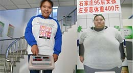 Zuo Yaci, une jeune femme de 21 ans, pose avec une affiche la montrant quand elle pesait plus de 200 kilos.