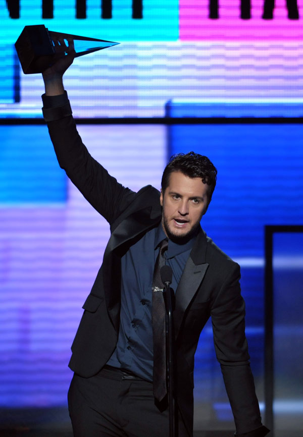 La chanteur américain Luke Bryan remporte le prix du chanteur de country favori lors de la cérémonie de la 40e édition des American Music Awards (AMAs), le 18 novembre 2012 à Los Angeles, aux Etats-Unis.(Photo: Xinhua/AP)