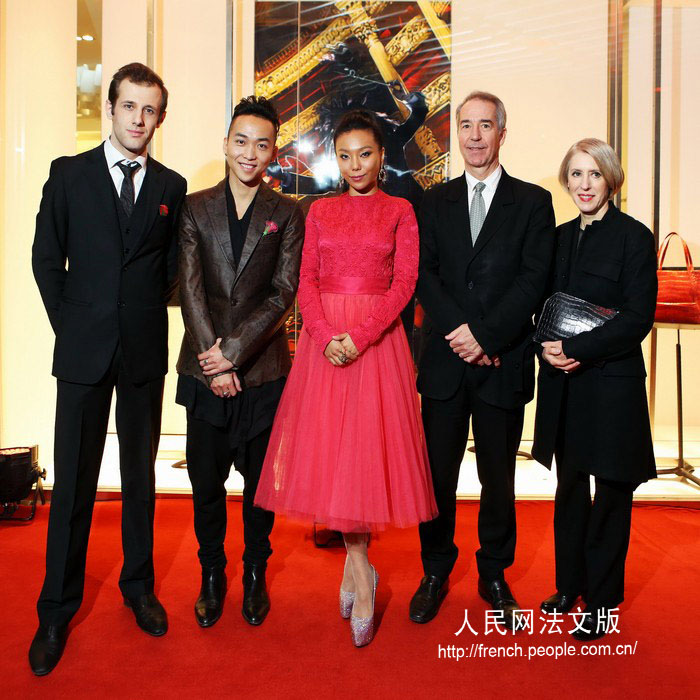 Marc Joubert des Ouches, Brand Manager de Camille Fournet ; Zhang Chi, styliste chinois ; Wan Babao, Designer de joaillerie ; Jean-Luc Déchery, Président de Camille Fournet ; Françoise Déchery, Directrice Artistique de Camille Fournet (de gauche à droite)