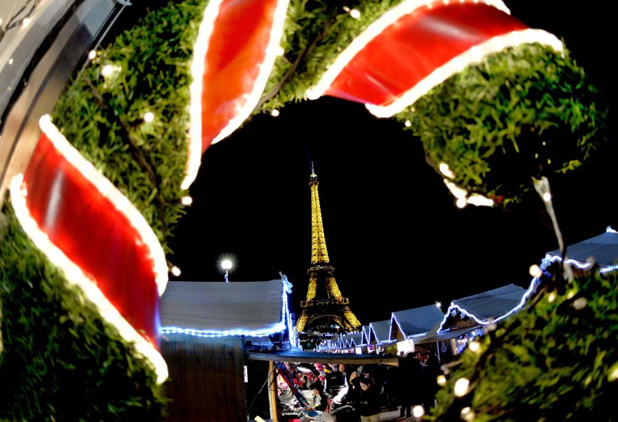 Paris illuminé accueille Noël